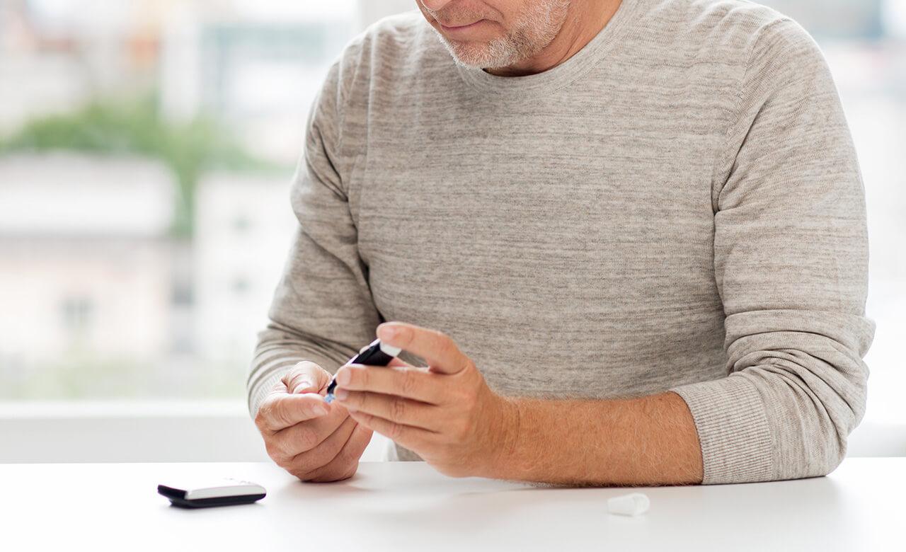 血糖値を測定する男性